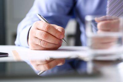 Un homme qui écrit une lettre